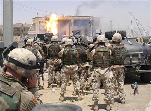 2003년 이라크를 침공한 미군이 후세인 대통령의 아들들이 숨은 집을 공격하는 모습(자료사진). 2003년 이라크를 침공한 미군이 후세인 대통령의 아들들이 숨은 집을 공격하는 모습(자료사진).